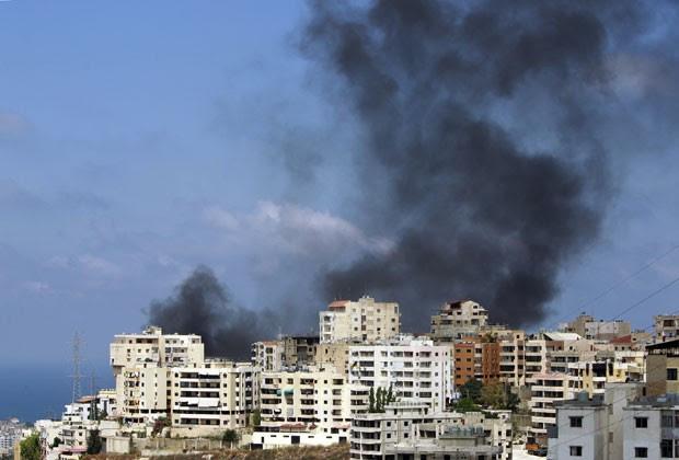 Fumaça é vista na cidade de Sidon, no sul do Líbano, nesta segunda (24). Região é palco de confrontos entre sunitas e xiitas (Foto: Bilal Hussein/AP)