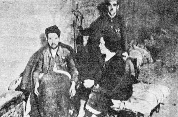 """Una de las pocas fotografías tomadas durante el Asedio dentro del Alcázar. Un guardia civil herido recibe cuidados de su esposa. Del libro """"La guerra de España. Una gesta heroica de carácter universal. El Alcázar de Toledo"""""""