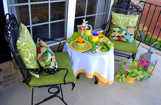 Outdoor Spring or Easter tablescape :: WorthingCourtBlog.com