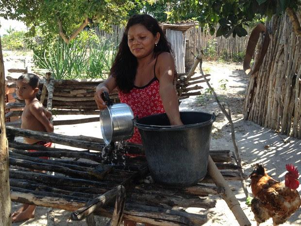 Família de Natividade deixou de produzir farinha após ser incluída em programa do governo federal (Foto: Clarissa Carramilo/G1)