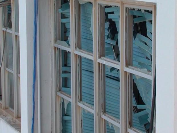 Com impacto da explosão em banco, apartamentos ficaram danificados   Foto: Reprodução/ TV São Francisco