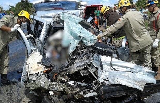 Acidente entre carro e caminhão mata motorista e 4 crianças, diz PRF