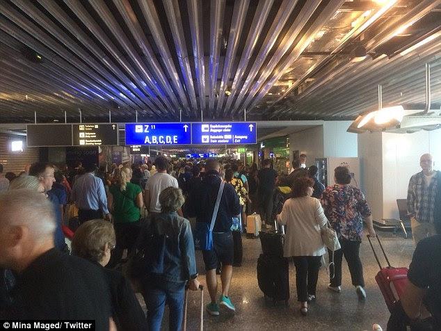 Os passageiros foram foram ordenados a deixar os terminais A e A + 'imediatamente'