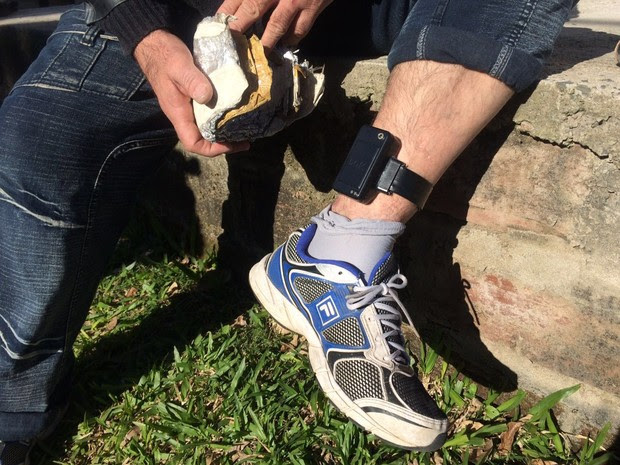 Apenado mostra como faz para bloquear sinal de tornozeleira eletrônica (Foto: Reprodução/RBS TV)