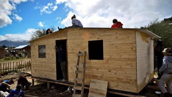 En acción. Voluntarios de TECHO en plena tarea de construcción. (Prensa TECHO)