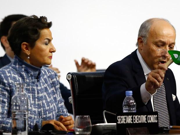 Presidente da COP 21, Laurent Fabius, usa martelo em forma de folha para marcar a aprovação do acordo do clima  (Foto: AP Photo/François Mori)
