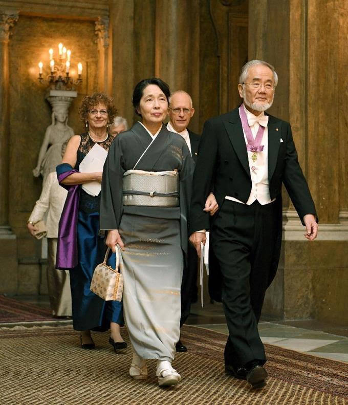 スウェーデン国王主催の晩さん会に臨む大隅良典・東京工業大栄誉教授と妻の萬里子さん=11日、ストックホルム(共同)