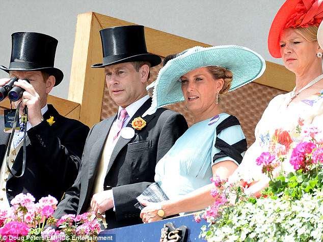Sophie Wessex foi acompanhada por seu marido Edward, que deve apresentar o troféu para as participações do duque de Cambridge na ausência do príncipe William.