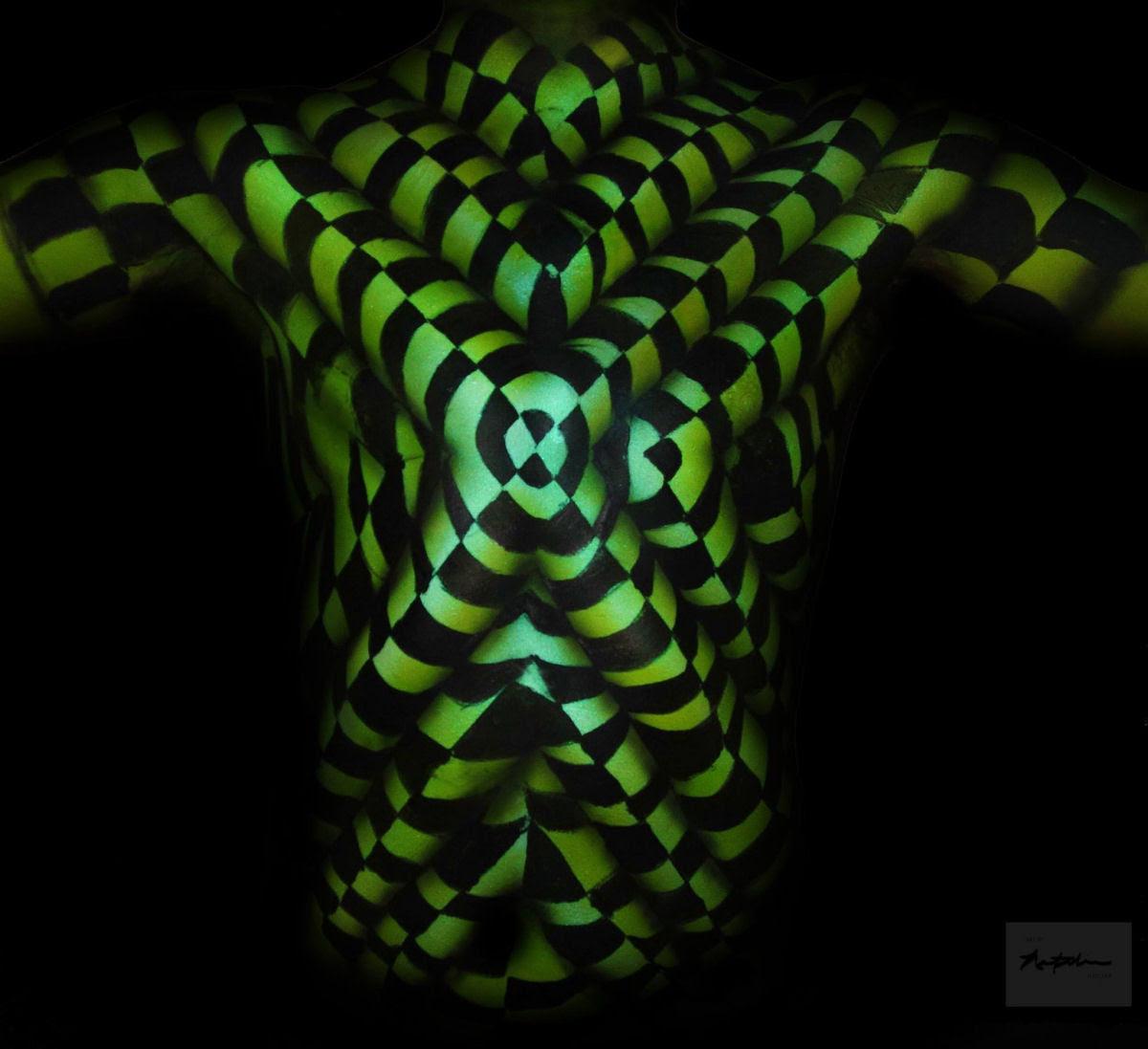 Artista transforma corpos humanos em incompreensíveis ilusões de óptica 03