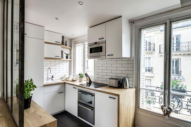 Cuisine ouverte sur le séjour pour cet appart parisien.