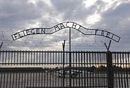 La scritta davanti al cancello del campo di Auschwitz (archivio)