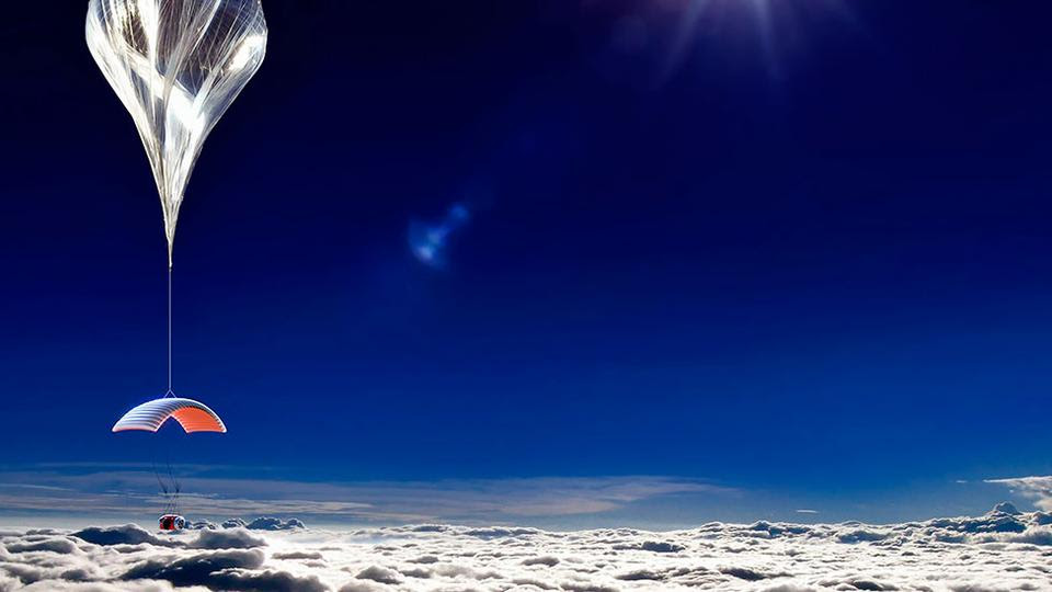 Δρομολόγια στην... στρατόσφαιρα ετοιμάζεται να εγκαινιάσει σε λίγο καιρό μια αμερικανική εταιρεία. Όχι όμως με κάποιο φουτουριστικό αεροσκάφος σαν της Virgin Galactic αλλά με αερόστατο. Θα είναι ένα ταξίδι πολύ πιο πάνω από τα σύννεφα σε απόσταση σχεδόν 30 χιλιομέτρων από την επιφάνεια της θάλασσας.  Το αερόστατο που θα φθάνει μέχρι εκεί, θα μεταφέρει μια ειδική κάψουλα η οποία θα μπορεί να φιλοξενεί έξι ανθρώπους. Δύο χειριστές και τέσσερις επιβάτες. Το κόστος βέβαια του εισιτηρίου δεν θα είναι φθηνό: Θα κοστίζει περί τις 75.000 δολάρια. Μάλιστα, όπως ανέφερε στο πρακτορείο Reuters η Τζέιν Πόιντερ, πρόεδρος της εταιρείας World View Enterprises, η διάθεση των εισιτηρίων θα ξεκινήσει σε λίγους μήνες.