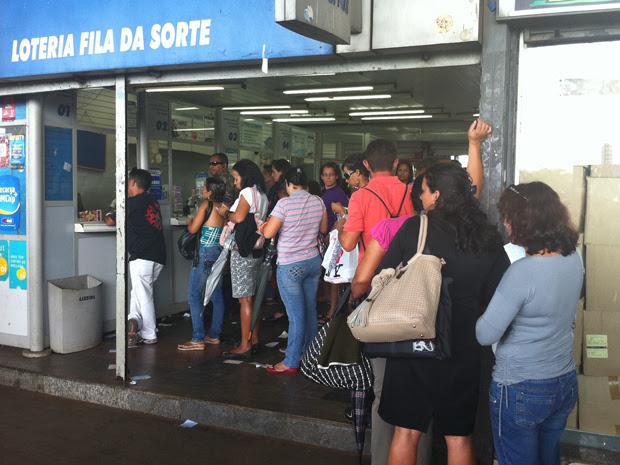 As três lotéricas da Rodoviária do Plano Piloto tiveram fila na tarde desta quarta-feira (28). Muitos apostadores tentam levar o prêmio de R$ 170 milhões. (Foto: Rafaela Céo/G1)
