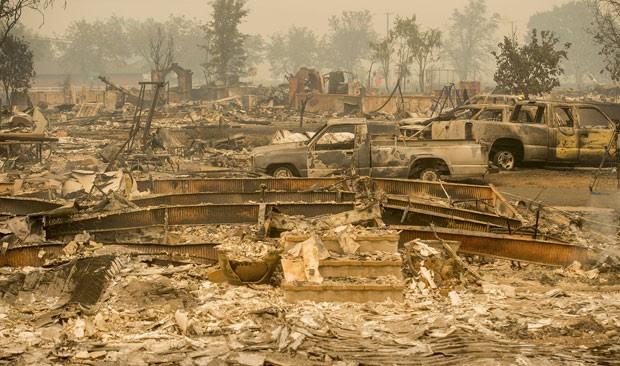 Foto mostra estado em que ficaram carros e casas na cidade de Middletown por causa dos incêndios florestais na Califórnia (Foto: Reuters/Noah Berger)