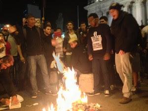 Manifestantes atearam fogo na Constituição em manifestação no Centro (Foto: Isabela Marinho/G1)