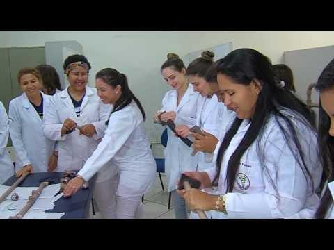 Curso de Fisioterapia doa cadeiras produzidas por alunos para Hospital Regional