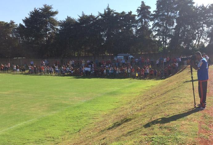 Muitos torcedores foram ao CT do Brasiliense (Foto: Ivan Raupp/GloboEsporte.com)