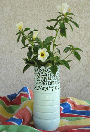 إناء للزهور مصنوعة من زجاجة الحيوانات الأليفة على غرار مع حام الحديد