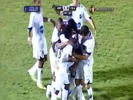 Jogadores abecedistas comemoram o primeiro gol do time na partida