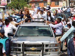 Luis Abinader recorrió sectores de la provincia Santo Domingo.