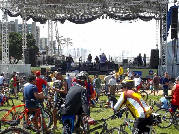 Ciclistas em frente ao palco montado na Torre de TV, em Brasília, para as paresentações do Dia do Trabalho  (Foto: Leonardo Miranda/Divulgação)