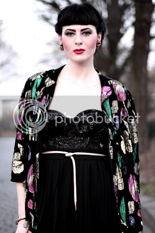 glitzer kimono, schwarze vintage pailletten corsage mit perlen, goldener gürtel schlange, faltenrock