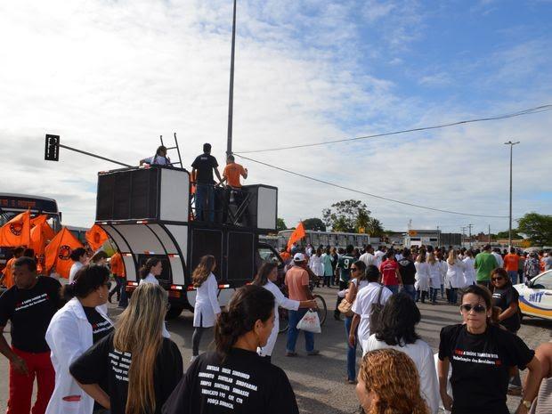 Dia de paralisação foi marcado por panfletagem e passeata (Foto: Marina Fontenele/G1 SE)