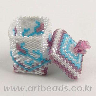 scatola di perline, schema piatta di perline, prodotti perla con schemi