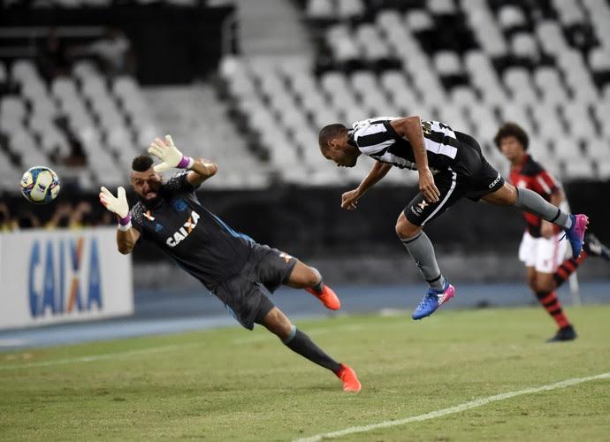 Roger cabeceia para fazer gol do Botafogo contra o Flamengo (Foto: André Durão)