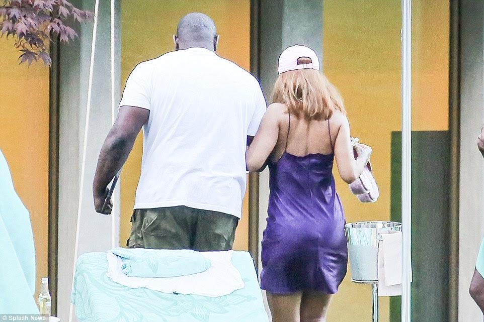 Vejo você mais tarde: Ela ligadas braços com um de seus guarda-costas e voltou dentro da propriedade