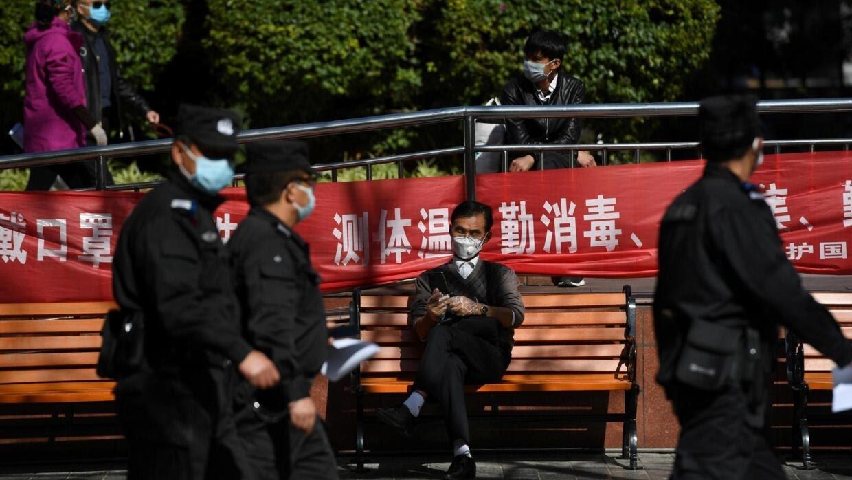Cảnh sát và bgười dân đeo khẩu trang trên đường phố Côn Minh, tỉnh Vân Nam. Ảnh chụp ngày 13/02/2020.