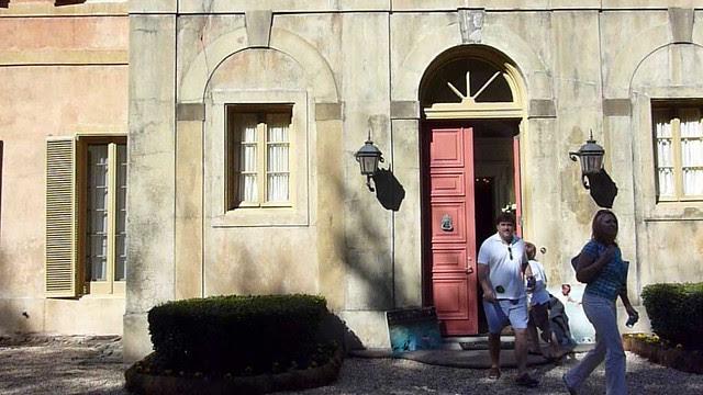 P1040512-2010-10-10-Movie-Preveiw-Pink-Castle-Entering-Front-Door