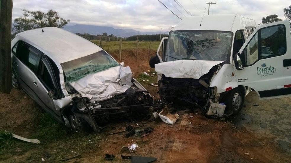 Acidente entre van e carro deixa onze feridos e um morto em Guará (Foto: Divulgação/Corpo de Bombeiros)