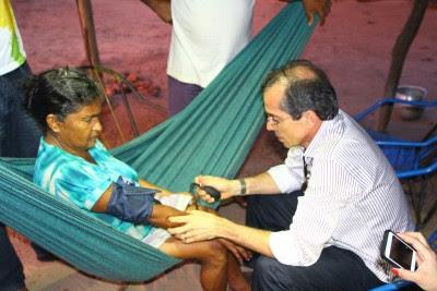 Secretário Marcos Pacheco consulta lavradora