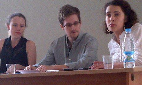 Edward Snowden da una conferencia de prensa en el aeropuerto de Sheremetyevo en Moscú con activistas de los derechos humanos
