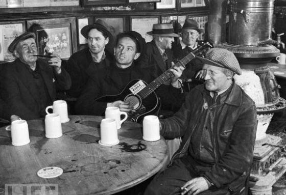 Woody Guthrie actuando en una taberna de Nueva York en 1943