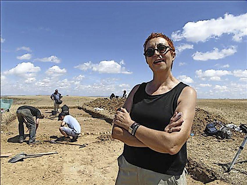 La historiadora hispanista Margarita Torrione a pie del yacimiento de Dessobriga. /EFE