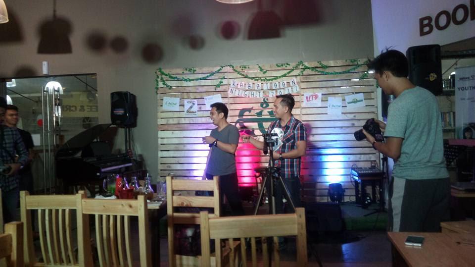 Lloyd Luna presenting Present-Day Rizal Award to the VoiceMaster
