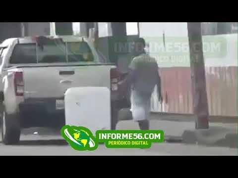 EN VIDEO: En Los Alcarrizos un ladrón se roba una lavadora de una camioneta en marcha.