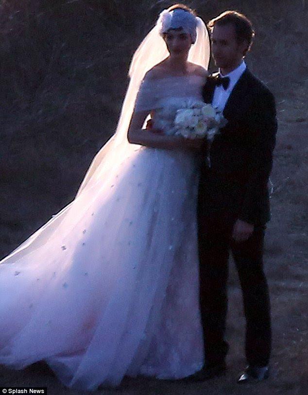 Parite doğadan esinlenen tören ve resepsiyonda dekor ile 100 misafir önünde evlendi: tüm durur çekerek