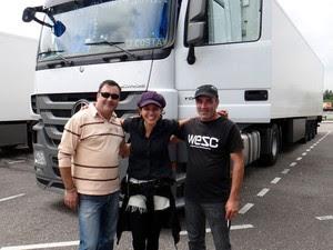 Aline com dois motoristas com os quais pegou carona durante a viagem (Foto: Aline Campbell/Arquivo pessoal)