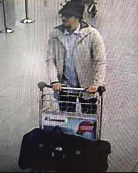 Ζήτηση: Η αστυνομία έχει εκδώσει μια έκκληση για να πιάσει αυτό το ύποπτο ISIS, δει CCTV βίντεο ντυμένη με ένα λευκό πουκάμισο και σακάκι και φορώντας ένα σκούρο καπέλο, όπως ο ίδιος έσπρωξε ένα καρότσι αποσκευών μέσω του αεροδρομίου λεπτά πριν από δύο βόμβες συγκλόνισε το αεροδρόμιο των Βρυξελλών