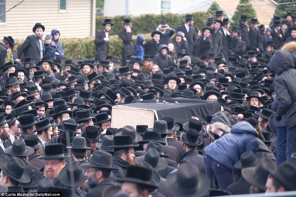 Des proches portent le cercueil du rabbin Mordechai Hager vendredi dans l'enclave ultra-orthodoxe de Kaser, New York
