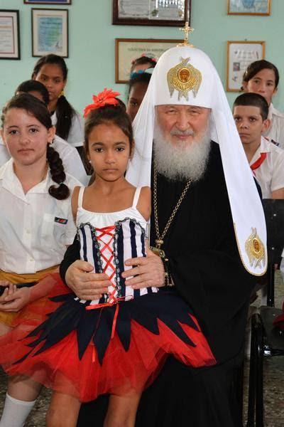 Su Santidad Kirill, Patriarca de Moscú y de Toda Rusia junto a una niña de la escuela de Solidaridad con Panamá, en su visita visita a esa institución docente dedicada a niños con necesidades especiales.  Cuba,  el 13 de febrero de 2016. Foto: Modesto Gutiérrez Cabo / ACN