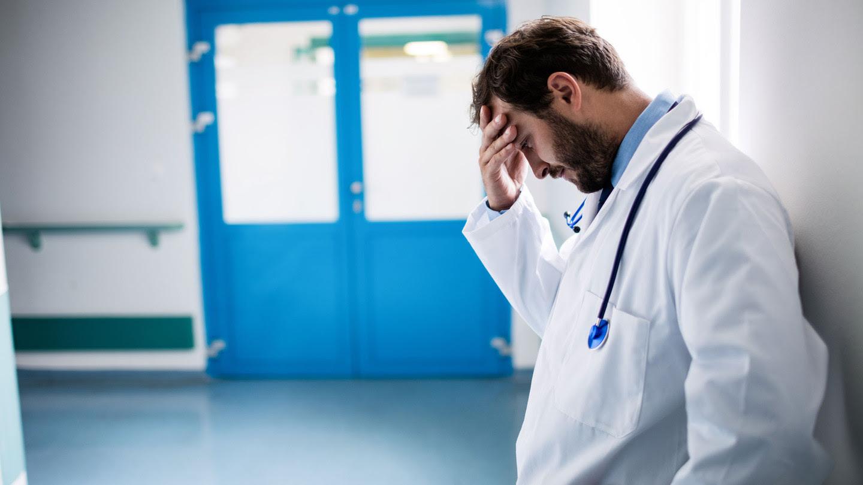 Когда ей принесли ребенка и она отодвинула пеленку, чтобы взглянуть на его личико — доктор быстро отвернулся и смотрел в больничное окно...