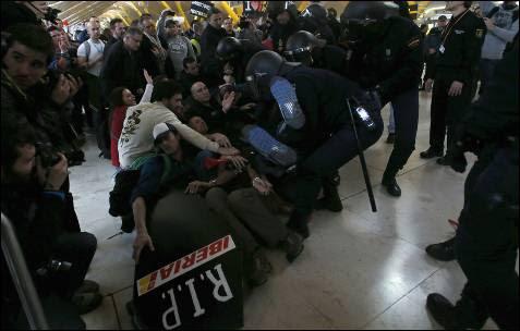 La primera de las cinco jornadas de huelga de los trabajadores de Iberia se ha saldado con cargas policiales y dos detenidos.