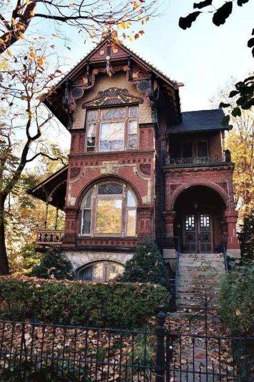 Victorian House, Chicago, Illinois photo via apple