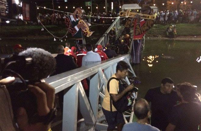 Ponte cedeu enquanto o público ainda chegava para o Baile Municipal, uma das prévias mais tradicionais do Recife. Foto: Érica de Paula/DP