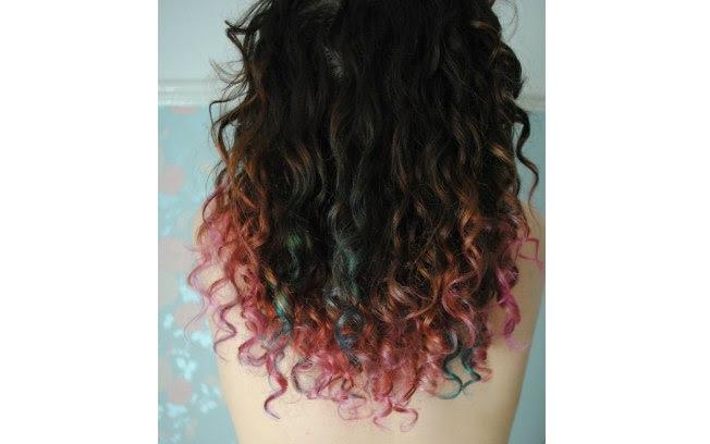 Laranja, verde, azul e rosa juntos podem resultar em um efeito super delicado nos cabelos