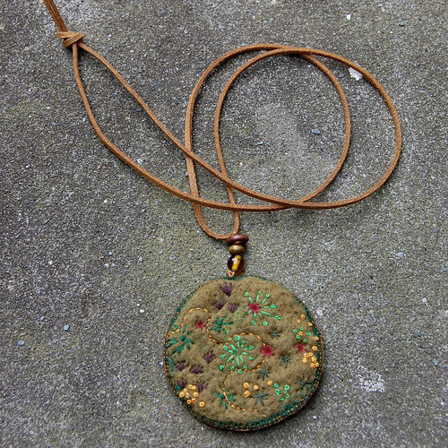 Felt pendant necklace 'Moss'